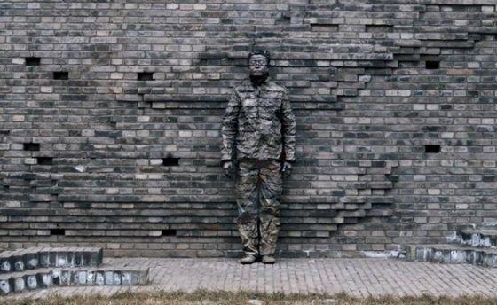 s'il te plait, dessine-moi un mur... dans Actualité le-camouflage-urbain-de-liu-bolin